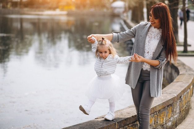 Madre e hija en el lago