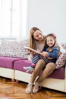 Madre e hija leyendo en la habitación
