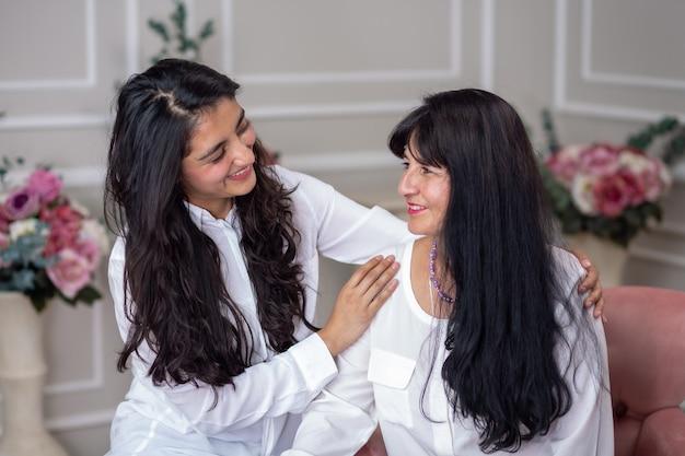 Madre e hija mexicana abrazándose en el día de la madre