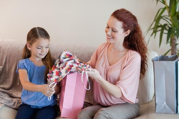 Madre e hija mirando compras