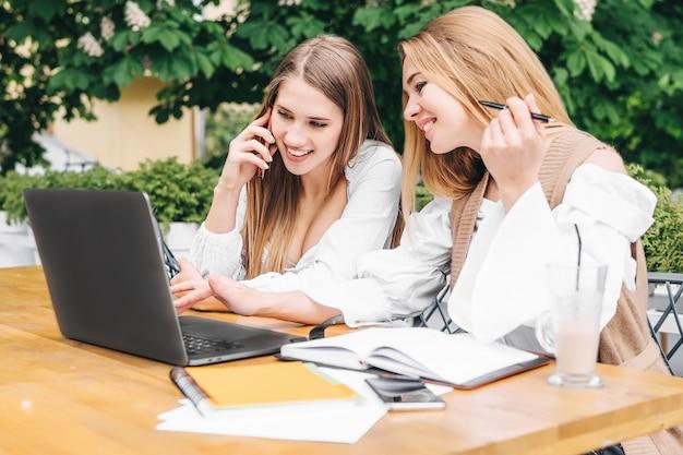 Madre e hija mirando en la computadora portátil