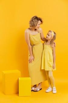 Madre e hija mirándose