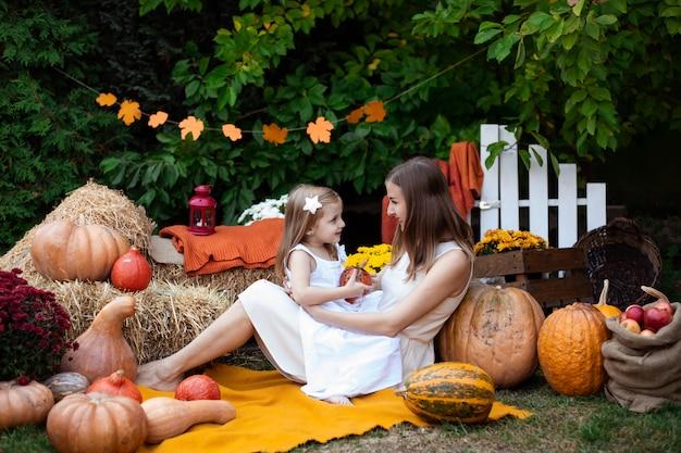 Madre e hija en otoño de fondo