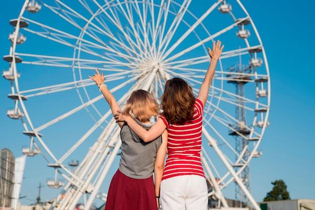 Madre e hija en el parque de atracciones
