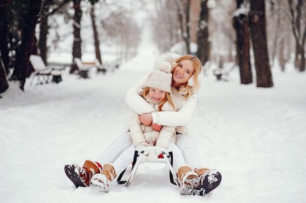 Madre e hija en un parque de invierno
