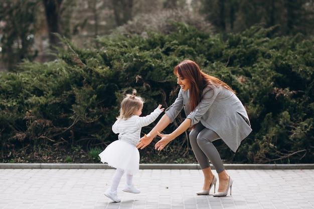 Madre e hija en el parque