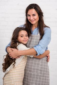 Madre e hija pasan tiempo juntas en el interior