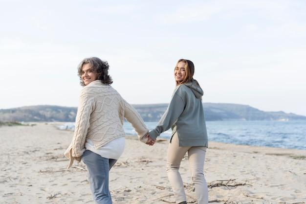 Madre e hija pasar tiempo juntos en la playa