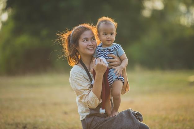 Madre e hija pequeña jugando juntos en un parque