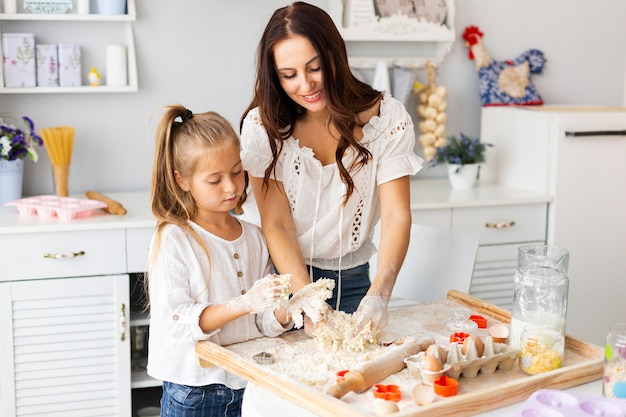 Madre e hija preparando masa