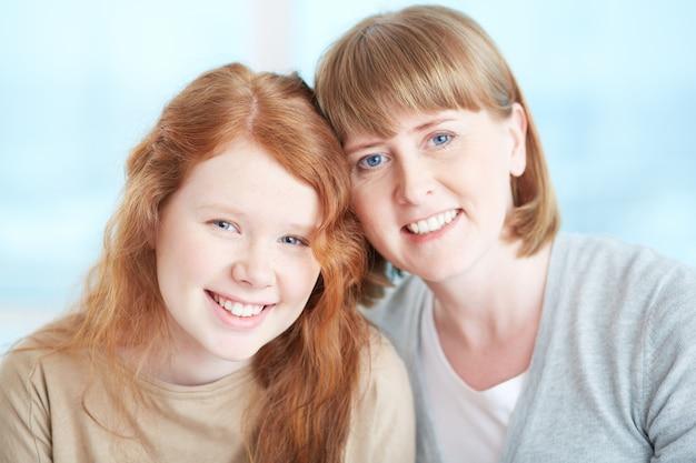 Madre e hija relajadas Foto gratis