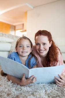 Madre e hija con una revista en el piso