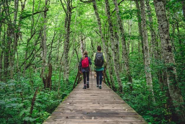 Madre e hija, senderismo en el bosque