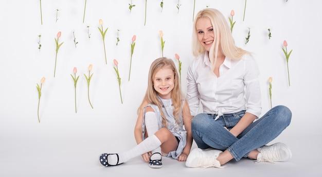 Madre e hija sentada vista frontal