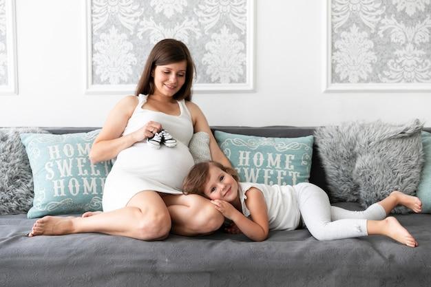 Madre e hija sonriente pasar tiempo juntos
