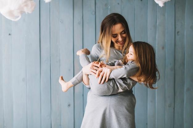 Madre e hija sonrientes celebrando el día de la madre