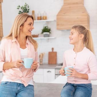 Madre e hija sosteniendo tazas