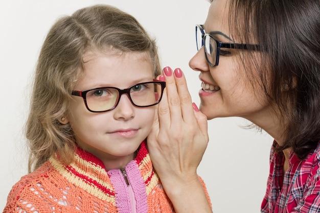 Madre e hija susurrando chismes