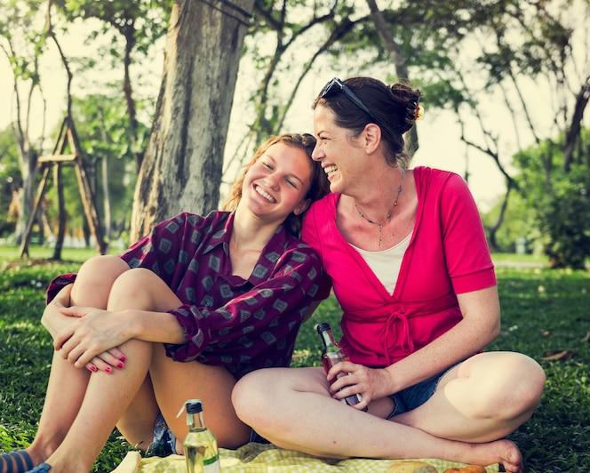 Madre e hija teniendo un picninc en el parque