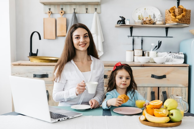 Madre e hija tomando el desayuno