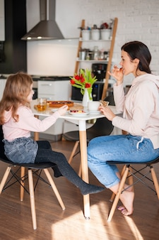 Madre e hija tomando postre juntos