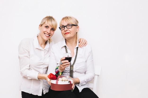 Madre e hija con vino y regalo