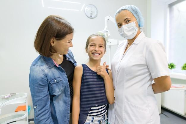 Madre e hija visitando dentista pediátrico