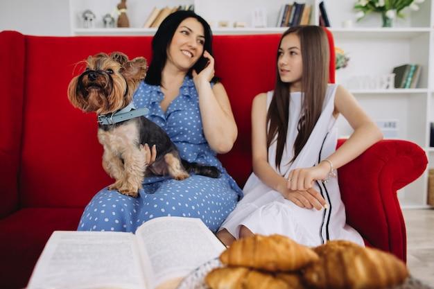 Madre e hijas descansando en la sala de estar