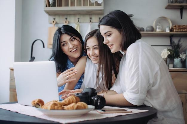 Madre e hijas divirtiéndose juntas en la cocina