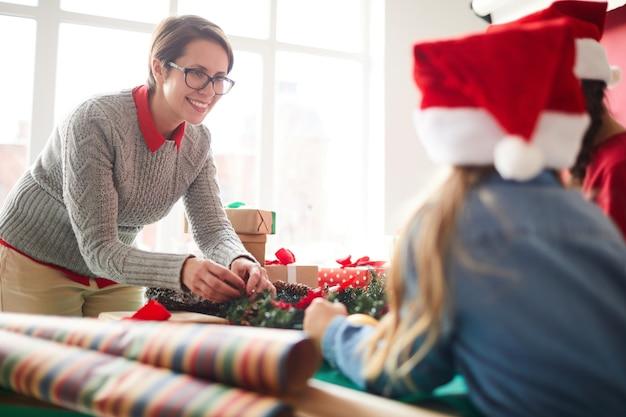 Madre e hijas preparando la decoración navideña