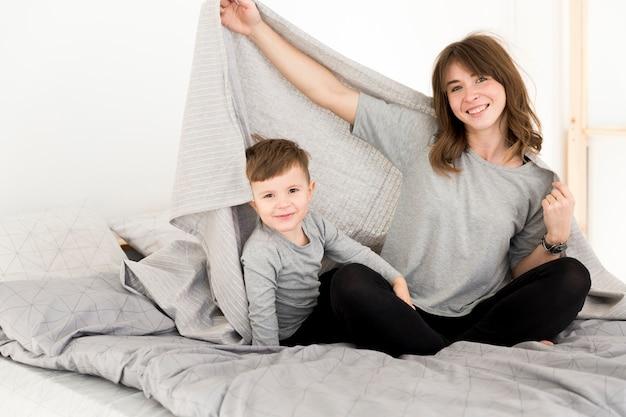 Madre e hijo acostados en la cama