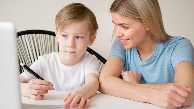 Madre e hijo aprendiendo cursos en línea