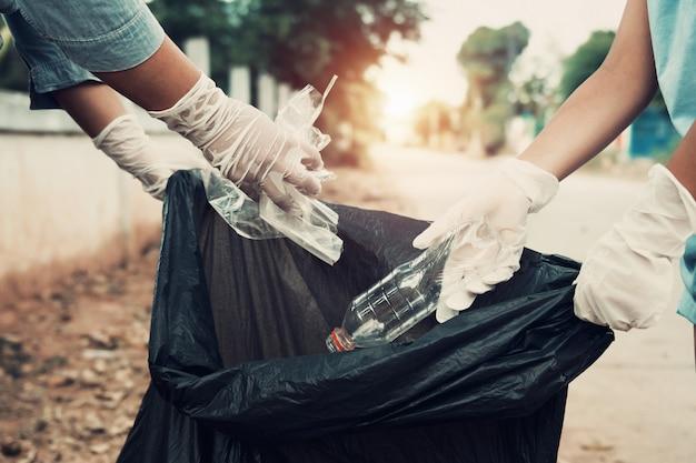 Madre e hijo ayudan a recoger la basura en el parque