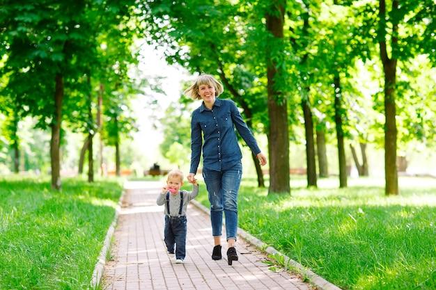Madre e hijo caminando en el parque.