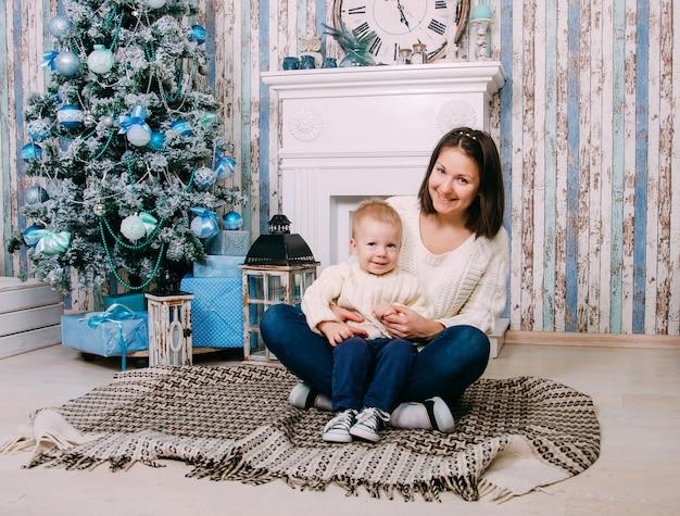 Madre e hijo en casa decorada para navidad