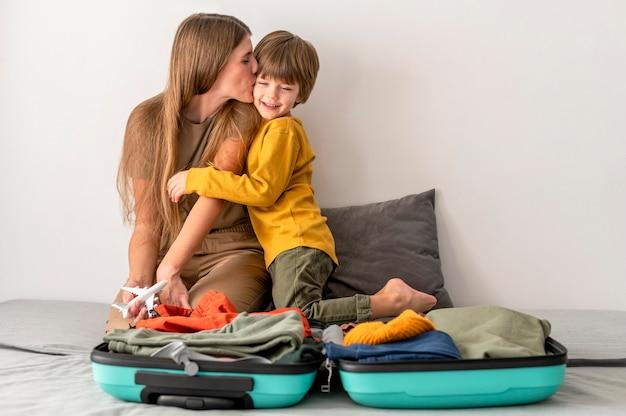 Madre e hijo en casa con equipaje
