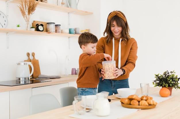 Madre e hijo en la cocina