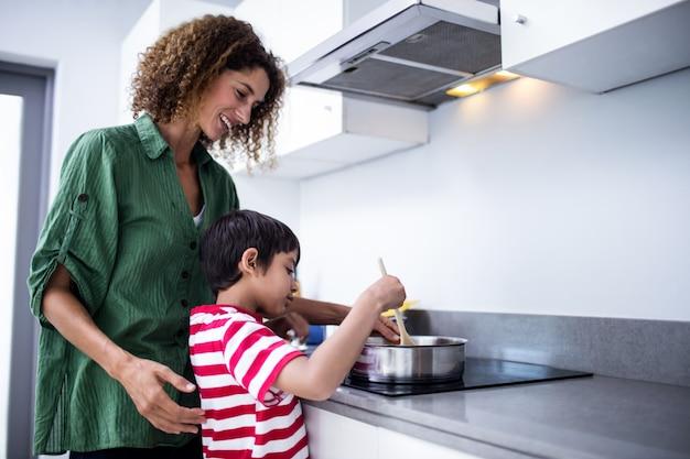 Madre e hijo cocinando en la cocina