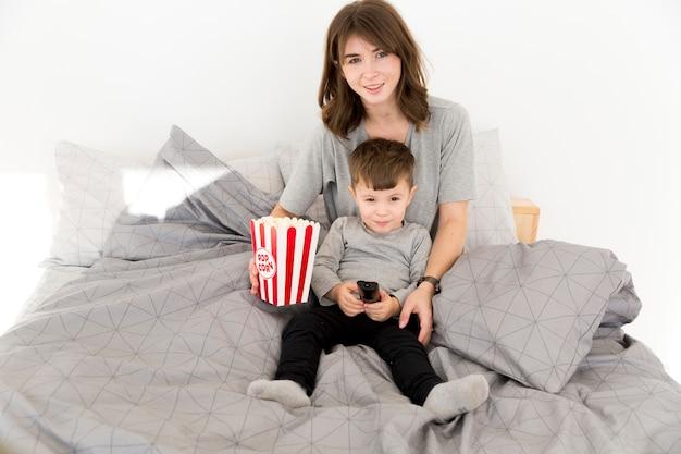 Madre e hijo comiendo palomitas de maíz
