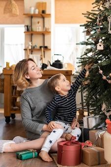 Madre e hijo decorando el árbol
