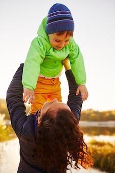 Madre e hijo se divierten en el lago