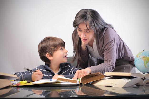 Madre e hijo estudiando