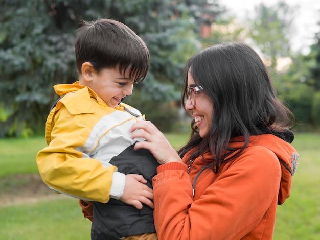 Madre e hijo felices en el parque
