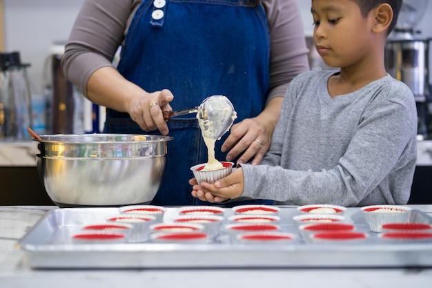 Madre e hijo haciendo un pastel