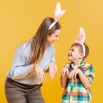 Madre e hijo imitando conejo