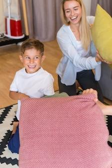 Madre e hijo jugando con almohadas