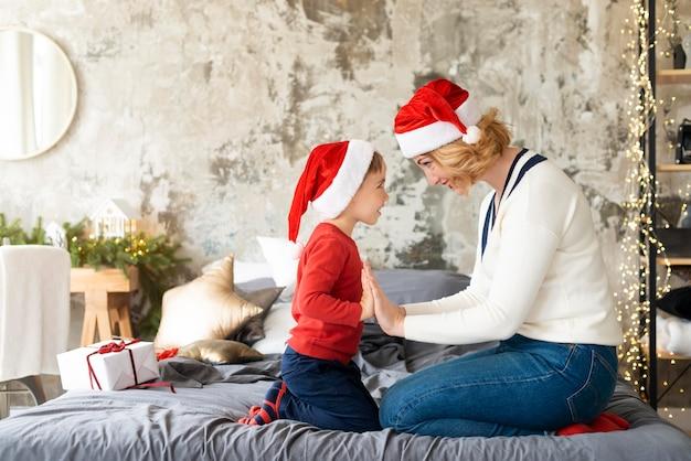 Madre e hijo jugando en la apuesta durante la época navideña