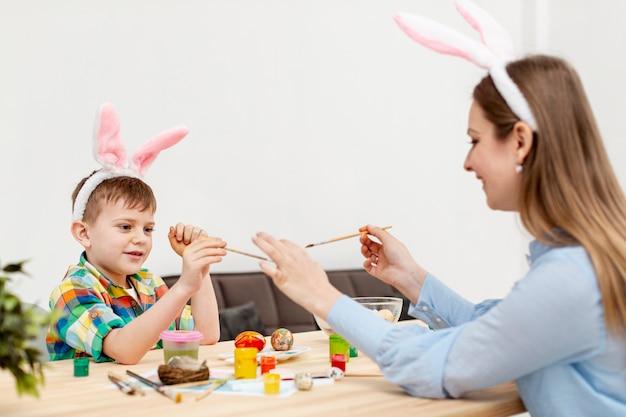 Madre e hijo jugando con pinceles