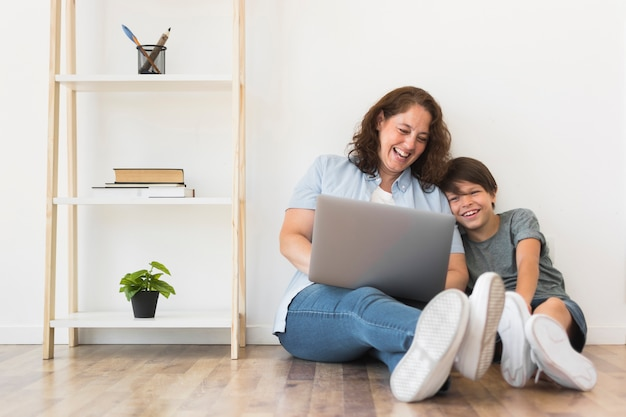 Madre e hijo mirando en la computadora portátil