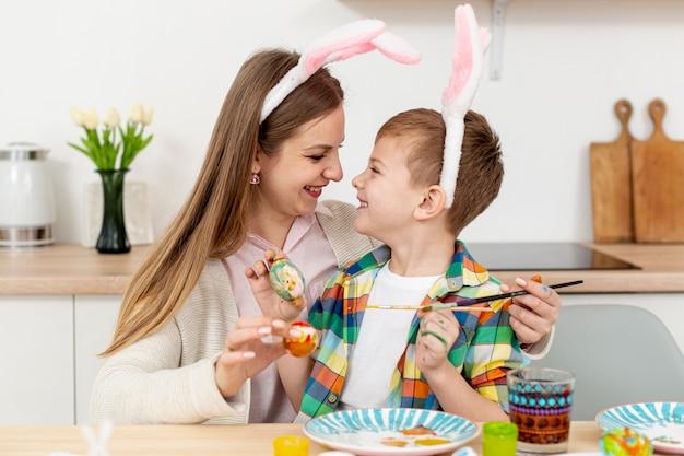 Madre e hijo con orejas de conejo